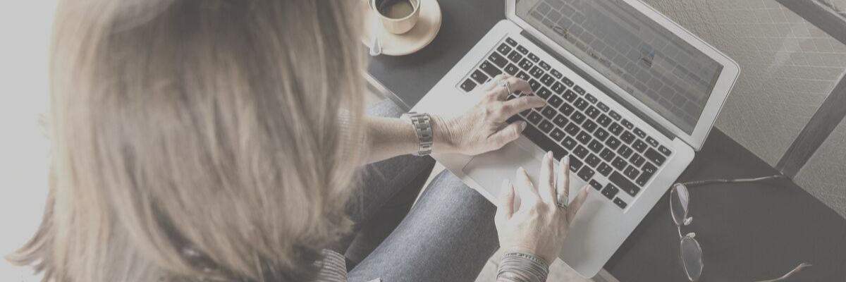 Mujer usando laptop.